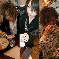 蕎麦を食べる少年たちの写真