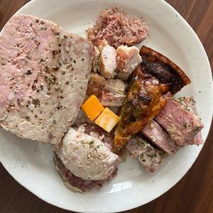 友達が先日デパ地下でいろいろな物買ってきてくれておいしいご飯食べました😊✨の写真1枚目