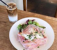 生ハムシーザーサラダとカフェオレ笑✨の写真