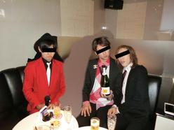 赤のコーディネートが良い感じの怪しい3人組と姫さま(*´з`)