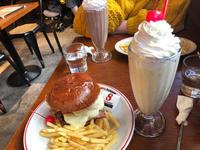 こんにちは〜☀️今日は19:00から出勤です😀今日はハンバーガーを友達とたべたよ〜やっぱりバナナシ…の写真