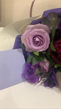 いつもお世話になりまくってるしほから、お祝いに素敵なお花とお手紙😢😢😢の写真