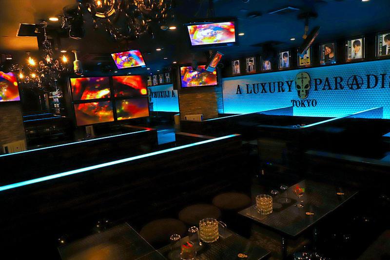 立川ホストクラブ「ラグパラ」店内 ロゴがディスプレイされた内装
