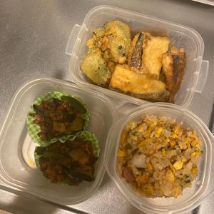 今日は時間があったので昨日の夜ご飯の余り物使ってお弁当作りました〜😊の写真1枚目