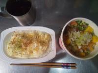 カップ麺とパックご飯の写真