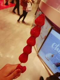 渋谷に行っていちご飴食べてきましたっっ🥺の写真