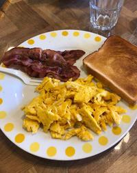 こんにちは〜☀️今日は7時半から出勤です😀今日の朝食はパン、ベーコンと卵☺️最近天気ぽかぽかで凄く…の写真