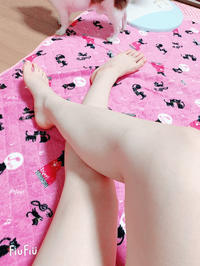 私の脚と犬の足👣🐾の写真